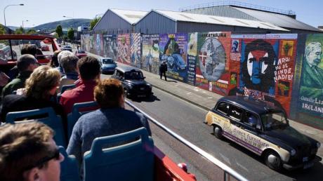 Touristen auf Bustour inBelfast:Überall in der Stadt sind Graffiti mit politischen Botschaften zu sehen.