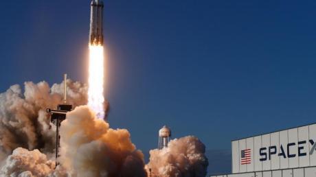 Die US-Unternehmen «Space Adventures» und SpaceX planen, bis Mitte 2022 Touristen ins Weltall zu schießen.