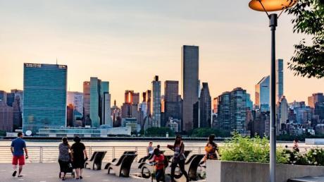 Manhattan von Queens aus gesehen - der Besuch des größten New Yorker Boroughs ermöglicht neue Blicke auf die Stadt.