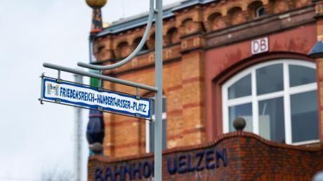 Der Hunderwasser-Bahnhof in Uelzen. Der nach den Plänen des österreichischen Künstlers Friedensreich Hundertwasser umgestaltete Bahnhof lockt mit farbenfrohen Ornamenten.