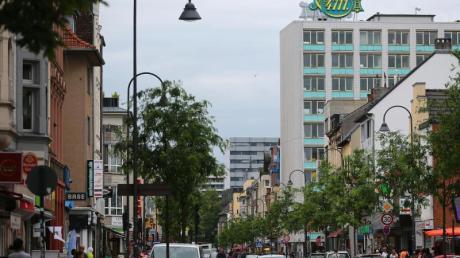 Blick in die Venloer Straße, die wichtigste Verkehrsader und Haupteinkaufsstraße von Ehrenfeld.