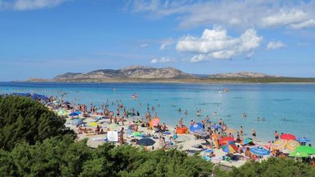 Ein bekanntes Ziel auf Sardinien: Am Strand von La Pelosa soll die Zahl der Besucher auf 1500 am Tag begrenzt werden.