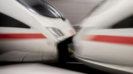 Trotz vieler Bemühungen ist der Mobilfunkempfang auf der Schiene noch lückenhaft. Derzeit experimentiert die Bahn mit frequenzdurchlässigen Scheiben.