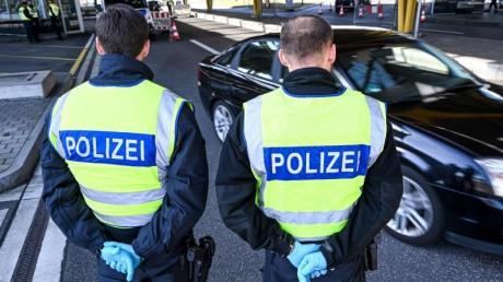 Für Reisende ohne triftigen Reisegrund gilt nun, dass sie nicht mehr nach Deutschland einreisen können. Zuvor hatten Dänemark, Polen, die Slowakei, Tschechien und Österreich ihre Grenzen weitgehend dicht gemacht.