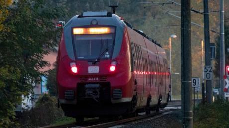 Nur noch wenige Menschen fahren derzeit mit dem Zug. Die Deutsche Bahn schränkt daher den Regionalverkehr ein.
