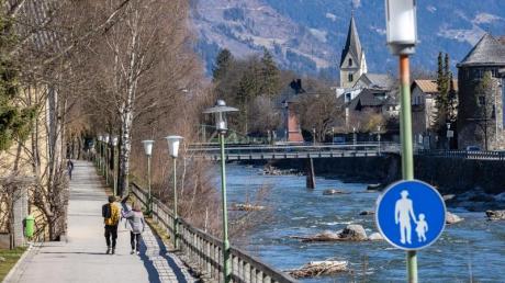Ein Paar genießt einen Spaziergang am Ufer des Flusses Isel.