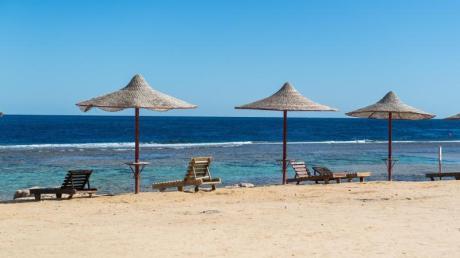 Die Sonnenbetten an der ägyptischen Küste bleiben gerade leer, sind für viele Reisende aber weiter ein Fernwehziel.
