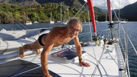 Fit bleiben in der Südsee: Segler Wolfgang Slanec beim Training am Vordeck während der Corona-Quarantäne.