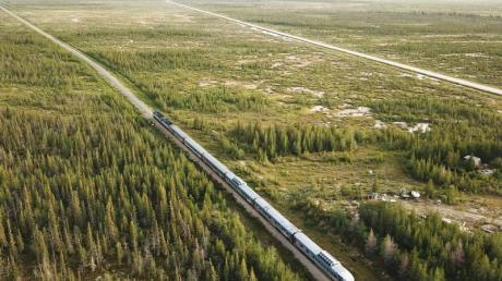 Der Zug von oben inmitten der kanadischen Weite.