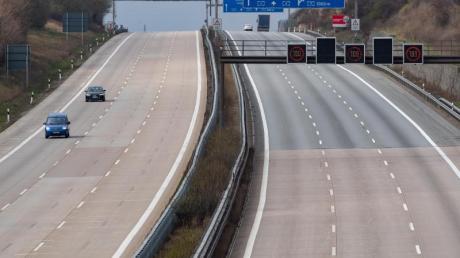 Wenige Autos sind auf der Autobahn A4 zu sehen.