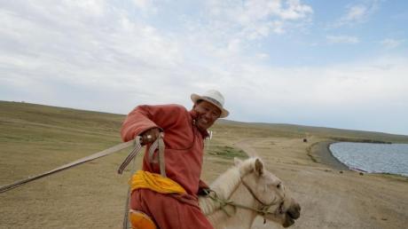 Nomaden nehmen Touristen mit in den Sattel.