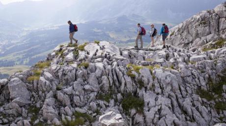 Wandern im Karstgebirge: Zerklüftete Felsen prägen das Bild in den höheren Lagen der Schrattenfluh.