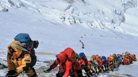 Selbst der höchste Berg der Erde, der Mount Everest, bleibt diesen Frühling einsam. Und damit sind Zehntausende einheimische Helfer, die Bergsteigern das große Abenteuer ermöglichen, arbeitslos.