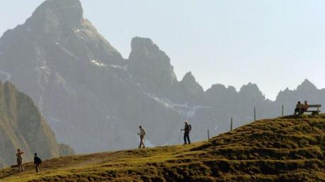 Auch die deutschen Alpen sind schön: Wanderer auf dem Zeigersattel bei Oberstdorf vor der Kulisse der Allgäuer Hochalpen.