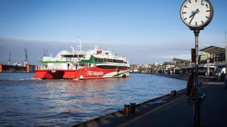Die High-Speed Fähre «Halunder Jet» an den Landungsbrücken in Hamburg. Das Boot soll jetzt wieder Urlauber nach Helgoland bringen.