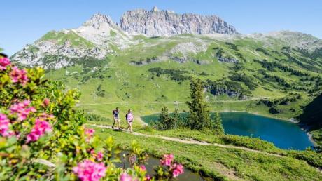 Formarinsee vor der Roten Wand - der Berg ist die höchste Erhebung rund um den Biosphärenpark Großes Walsertal.