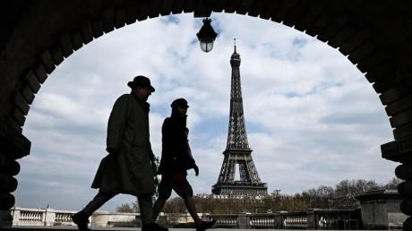 Passanten gehen auf der Brücke «Pont de Bir-Hakeim», mit Blick auf den Eiffelturm.