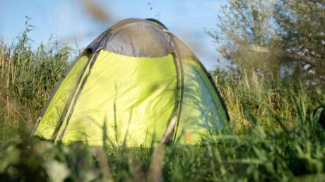 Ein Schlafplatz im Wald:Wildcampen ist in Deutschland meistens nicht ausdrücklich verboten - aber eben auch nicht erlaubt.