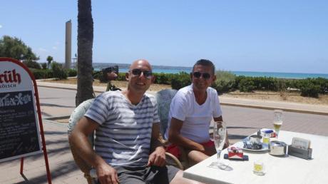 Cristoph und Klaus aus Düsseldorf sitzen im Außenbereich einer Bar am Playa de Palma, nachdem sie mit dem ersten Flug aus Deutschland angekommen sind.