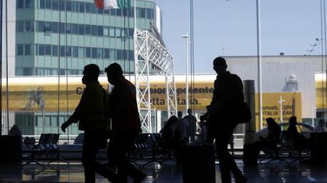 Auf dem Flughafen Leonardo da Vinci in Rom treffen die ersten Urlauber ein. Der Flugverkehr wird allmählich wieder ausgebaut.