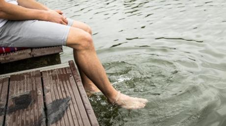 Vielleicht nur die Füße ins Wasser halten? Kurz vor dem Sommerferienbeginn in den ersten Bundesländern sind die Temperaturen der deutschen Gewässer noch eher frisch.