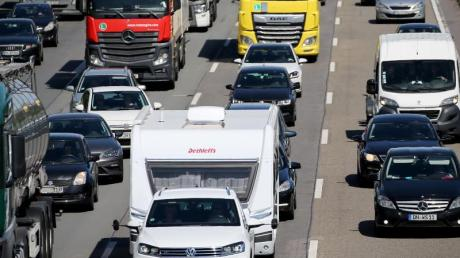 Wegen der Corona-Pandemie dürften in diesem Jahr mehr Menschen ihren Urlaub in Deutschland verbringen und somit auch die Autobahnen füllen.