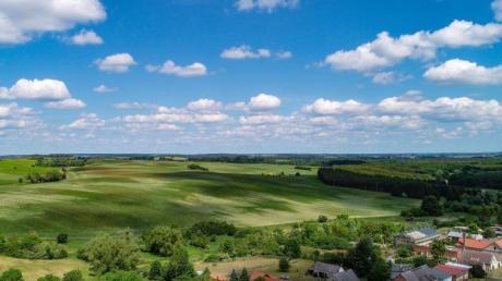 In Brandenburgs Nordostecke liegt die Uckermark, die mit ihrer hügeligen Landschaft manchmal als Toskana des Nordens bezeichnet wird.