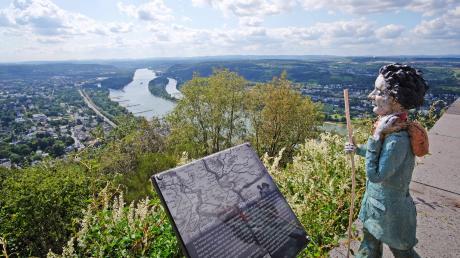 Auf dem Beethoven-Wanderweg rund um Königswinter: Drachenfelsplateau mit Tafel und Ausblick.