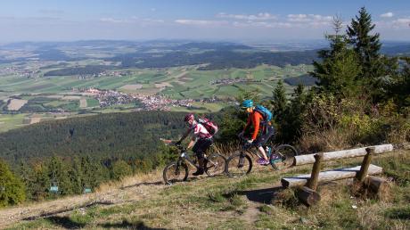 Mit dem Mountainbike auf dem Hohen Bogen im Bayerischen Wald unterwegs sein.