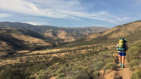 Zu Fuß unterwegs auf dem Pacific Crest Trail in den USA: Wer langsam reist, sieht am Wegesrand mehr.