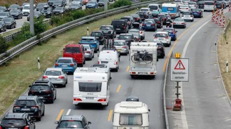 Auch an diesem Wochenende wird es auf den deutschen Autobahnen wieder voll. Besonders auf den Routen zu den Küsten und den Alpen ist mit Staus zu rechnen.