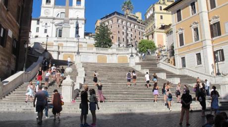 Wenige Menschen stehen an der Spanischen Treppe in Rom.