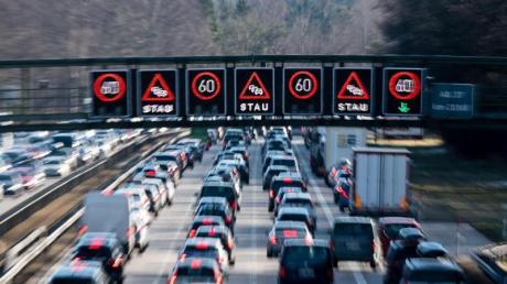 Dichter Verkehr schiebt sich über die A8.