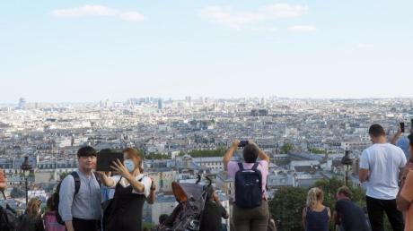 Auch in Frankreich gelten einige Corona-Bestimmungen. Tickets für viele Sehenswürdigkeiten wie für den Eiffelturm oder den Louvre in Paris sind begrenzt, damit Besucher genügend Abstand halten können.