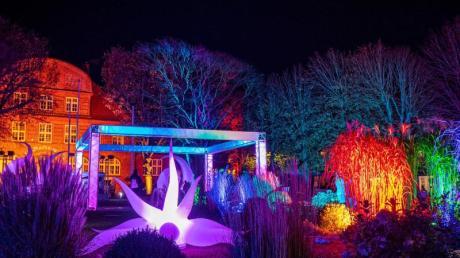 In Büsum lockt im Herbst die Lichterwoche Besucher an. Der Ort erstrahlt dann jeden Abend in bunten Farben.