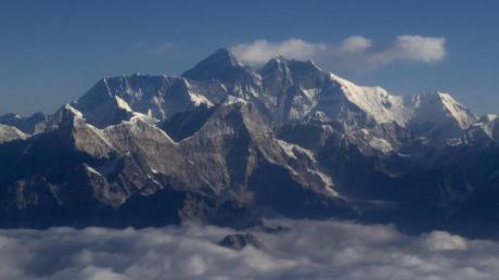 Nepal und China haben eine neue offizielle Größe des Mount Everests bekanntgeben: Er misst nun 8848.86 Meter.