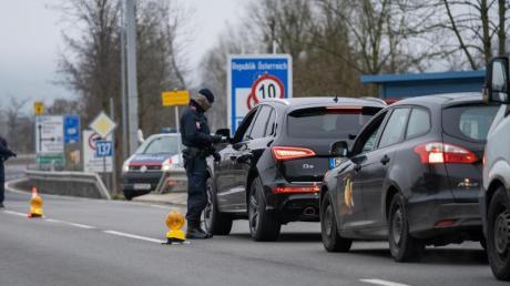 Die Grenzkontrollen zwischen Bayern und Tirol werden wegen der in Österreich aufgetretenen südafrikanischen Coronavirus-Variante verschärft.