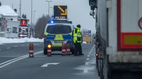 Nach der Ausbreitung des mutierten Coronavirus in Tschechien und Teilen Österreichs bereitet die Bundesregierung neue Einreisebeschränkungen und Grenzkontrollen vor.