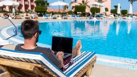 Erst alle beruflichen Nachrichten beantworten, dann in den Hotelpool springen - Workation in Ägypten.
