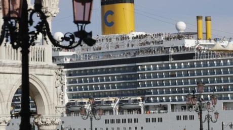Ein Kreuzfahrtschiff fährt am Markusplatz vorbei. Venedig will Kreuzfahrtschiffe nicht mehr so nahe an seinen historischen Stätten ankern lassen.