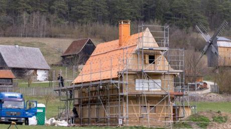Arbeiter rüsten das neu erworbene Landwohnhaus aus Abtsbessingen ein, das zu den Neuzugängen des Museumsdorfs Hohenfelden gehört.