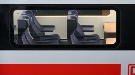 An den Osterfeiertagen blieben viele Plätze in den Zügen unbesetzt. Michael Peterson, Fernverkehrschef der Deutschen Bahn, rechnet aber damit, dass spätestens ab Pfingsten der Reiseverkehr wieder deutlich zunimmt.