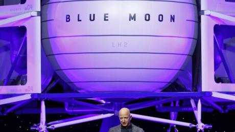 Auch die Firma von Jeff Bezos, Blue Origin, will nun Menschen ins All bringen.