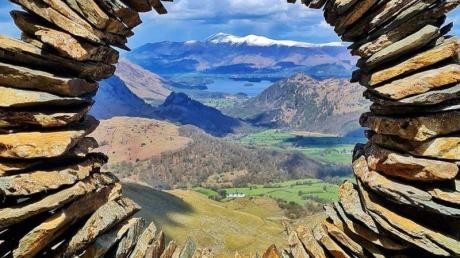 Durch ein kreisförmiges Steinkunstwerk ist das Borrowdale-Tal im Lake District zu sehen. Es stammt von einem Unbekannten.