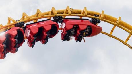 Adrenalinkick trotz Maske: Die Freizeitparks in Deutschland haben mit strengen Hygieneregeln wieder geöffnet.