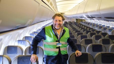 Fabrizio Sepe, Geschäftsführer des Serengeti-Parks, steht in seinem neuen Airbus A310 10+23. Der Airbus war zuletzt bei der Evakuierung von Personen aus Afghanistan im Einsatz und wird nun vom Serengeti-Park zu einem Restaurant ausgebaut.