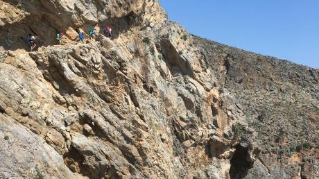 Wandern zwischen Felsen und Meer. Spektakulär ist der Weg in den Felsen gehauen und spektakulär ist die Aussicht.