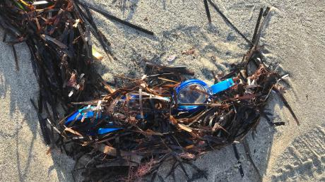 Plastikmüll am Strand von Durres in Albanien.