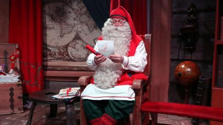 Der Joulupukki gibt sich die Ehre – im Weihnachtsdorf bei Rovaniemi können Besucher Santa Claus ganz nahe kommen.