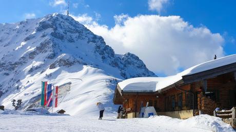 In St. Johann im Herzen der Kitzbüheler Alpen in Tirol geht es etwas gemütlicher zu. Mit einer neuen Marketingstrategie will der Ort dem Glück auf die Sprünge helfen. Davon sollen Touristen genauso wie die Angestellten in dem Wintersportort profitieren.